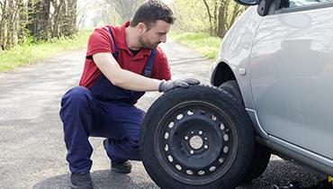 Servicio en carretera para cambiar una rueda pinchada.